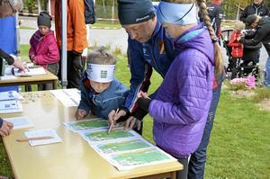 Kollar banan. Fabian och Vilma Larsson kollade banans sträckning innan start tillsammans med pappa Anders.
