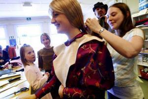 Johanna Augutis spelar Cosette när hon har blivit vuxen. Hon får hjälp av Erika Othzén med sin peruk. Victoria Ödlund och Lovisa Sundqvist som spelar Cosette när hon är yngre tittar på. I bakgrunden står Mikael Hågestam som spelar Jean Valjean