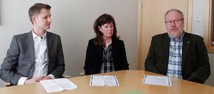 Per Dahlberg, rektorn Eva Herdevall, och verksamhetschefen - grundskolan Teddy Söderberg berättade på en pressträff att Malmabergsskolan inte kommer att stängas.