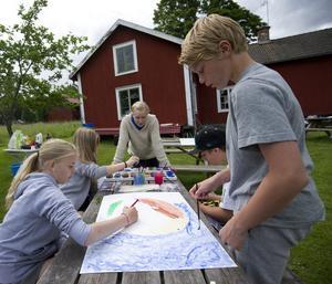 MÅLAR.  Det finns massor med kul att att göra på lägret. Här  målar Emilia Berglöw, Fanny Thybeck, David Wiberg och Samuel Ropeter en tavla med ledaren Katarina Folkeson.
