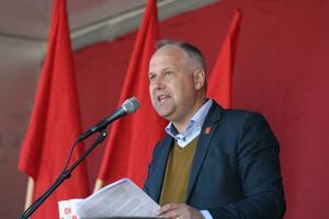 Vänsterledaren Jonas Sjöstedt föreslog i sitt första majtal en nationell satsning på kortare arbetstid. I denna satsning, som skall pågå under tre år, skall alla kommuner och alla landsting ha en arbetsplats där personalen har sex timmars arbetsdag med bibehållen lön.