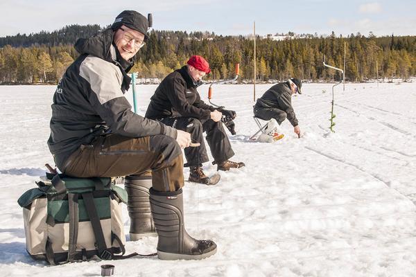 Tomas Proos, Sebastian Lundin och Bror Persson provar lyckan på Gässjön. Men det verkar lite svårflörtat.