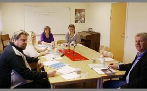 Just nu går sju elever på kursen. Eleven Raimo Piispanen till vänster. Längst bort eleven Marie Hjulström och coachen Birgitta Oinonen. Till vänster chefen Ola Granath.FOTO: ANDERS BJÖRKLUND
