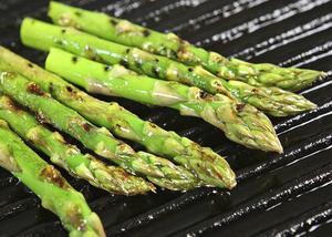 Grön sparris kräver ingen lång och komplicerad tillagning. Någon minut på grill, antigen över glöd eller i räfflad grillpanna inne på spisen, räcker mer än väl.   Foto: Dan Strandqvist