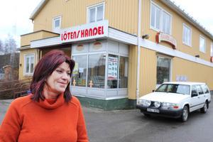 Lilian Edström som driver lanthandeln i Rengsjö är lättad över bidraget.