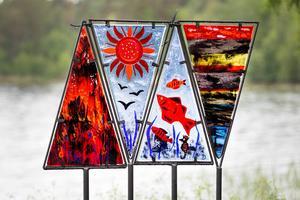 Solveig Bohm Dahlbergs verk i glasfusing i fjolårets utställning Konst i hamn, i Moviken. I år visas hennes verk i masugnens mörker.