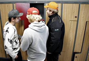 Erik Karlsson, Rasmus Blom och Mattias Blom inspekterar skåpen på nya Perslunda.