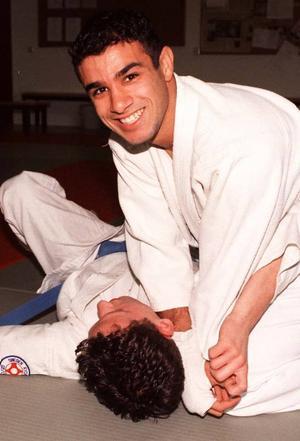 Världsmästare. Så här är Gävleborna vana att se Ashkan Pouya, han förekom ofta på sportsidorna och har bland annat en VM-titel i jujutsu.