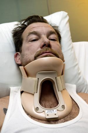Robert Lönnelid drabbades av kotfrakturer i nacken i samband med ett polisingripande.