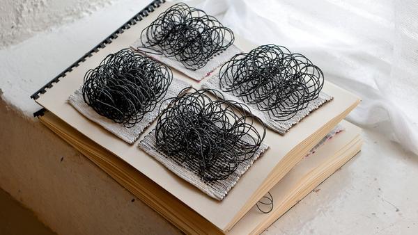 Materialprover samlade i en bok.