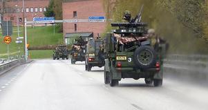 Norsk militär rullade över Frösöbron tidigt på fredagens morgon.