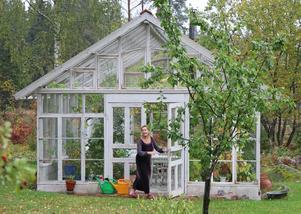 Växthuset är byggt av gamla rutor och har plats för både växter, vila och braskamin.