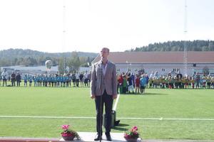 Emanuel Bagge sjunger nationalsången Du gamla du fria.