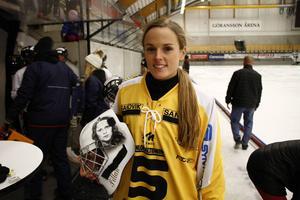 SAIK:s nya målvakt Pernilla Elardt har mamma Yvonne lackerad på hjälmen. På andra sidan finns pappa Torbjörn.