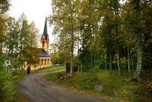 Holms kyrka, medelpunkt i en bygd som nu blivit ordentligt omskriven.