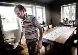 Tommy Lantz visar hur han går för läkarna, som ser honom på sin datorskärm på sjukhuset i Uppsala.