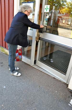DHR i Säter vill att asfalten jämnas till utanför Apoteket.