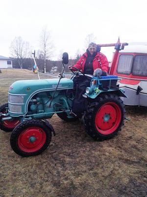 Tyska Inge kör sin traktor utan hytt med husvagn på släp Hannover Nordkap tur och retur.