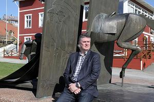 Det är här Lenny Clarhälls monument som Thomas Näsholm och de andra socialdemokraterna ska samlas på lördag. Vänsterns anhängare börjar sitt högtidlighållande vid Frånö Folkets hus.