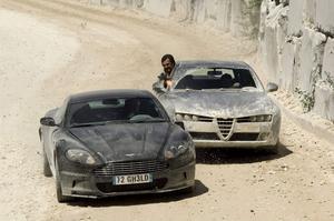 Aston Martin V12 DBS. 2008Film: Quantum Of SolaceSkådespelare: Daniel Craig•   I en inledande vild jakt kör 007 som en dåre. Och gör allt för att undkomma Mr Whites hejdukar som ligger tätt efter i sina Alfa Romeros. I filmen användes sju olika Aston Martin DBS för att skona både förarna och bilarna.Vrålåket kunde leverera 510 hästar men rymde få finesser, bara ett hemligt handskfack med en pistol och ett första hjälpen-kit. En mer realistisk framtoning för Daniel Craigs iskalle Bond.