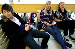 Utanför aulan sitter Tobias Ytterdal, Elin Engberg och Rebecka Törngren som är förstaårselever. De tycker att det är bra att diplomerad gymnasieekonom nu erbjuds – trots att det krävs hårdare plugg.