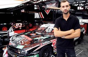 Ricky Rasenius, mekaniker för Memphis Racing, stor här framför Alx Danielssons tävlingsbil – en Chevrolet Camaro.