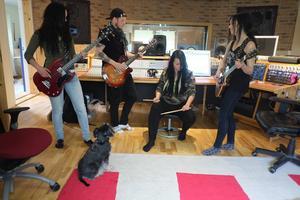 På plats i studion: Ida Strandberg, bas, Jimmy Jonsson, kompgitarr, Cissi Larsson, trummor och Marie Strandberg, gitarr under överseende av Idas dvärgschnauzer Jojje.