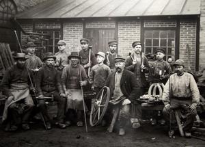 1890. Charles Asklunds farfar, längst ut på andra raden från vänster. Han blev sedan gjutmästare hos Graham Brothers i Ursvik.