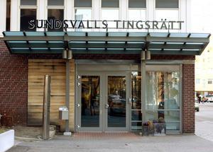 Sundsvalls tingsrätt dömer mannen till fängelse i ett och ett halvt år för våldsbrott han begått mot sin tidigare flickvän.