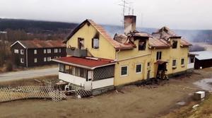 Flerfamiljsfastigheten i Ljungaverk blev illa åtgången efter branden natten mot måndagen.