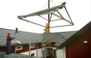 Platsen som taket ska till är skymt för kranföraren. Därför får han lita till radiokommunikationen. Då kunde det låta så här: