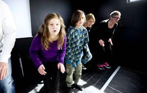 Felicia Johansson-Lundsten och Adrian Nilson-Spitzinger repeterar jubileumsshowen, Allt är roligt med Krumsprång, menar eleverna som deltar.