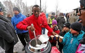 """""""Glöggmannen"""" Mursal Isa serverade varm dryck till manifestationens deltagare.– Jag gillar att ge folk värme, säger han. Foto: Johnny Fredborg"""