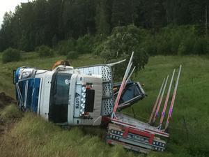 Under natten mot fredag bärgades lastbilen bort från platsen.
