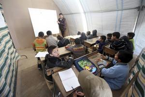 I ett syriskt flyktingläger försöker lärare ge barnen någon slags normalitet och vardag.
