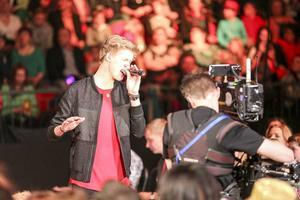 Kalle Johansson startar ute i publiken innan han studsar upp på scen med låten För din skull. Popelipop.