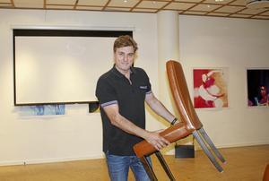Carlos Morén ställer stolarna på plats i Bio Random i Gallerian. I dag klockan elva går första kortfilmen upp.