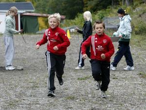 William Nyberg Ivarsson, till vänster, och Hugo Andersson, båda i åk 4, hade en tuff dust på långdistansen.