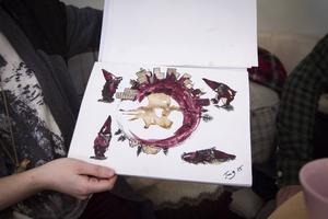 Hållbarhet är röda tråden, Tove Gulliksson kommer under året satsa på sin konst och både material och motiven håller temat. Här har hon målat med kaffe och blåbär.