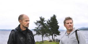 Med Hälsinglands blånande berg i bakgrunden söker Ola Rutz och Thomas Lothström efter lämpliga inspelningsplatser för Hollywoodversionen av Män som hatar kvinnor.
