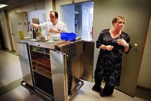 Undersköterskan Janne Paulakorpi och patienten Eva Axstål stöter på varandra i korridoren på medicinavdelningen när det är dags för middagsutdelning. Varsel och förändringar i lönen är vad alla pratar om på avdelningen, säger Janne.