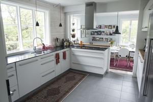 I köket kommer ljuset in från flera håll. Sanna har grön och skön utsikt när hon diskar.