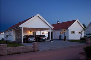 Huset sett mot norr där insynen blir minimal tack vare höga fönster.