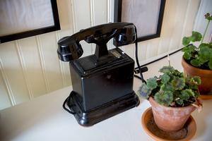 Naturligtvis finns det en gammal telefon i ett gammalt hus.