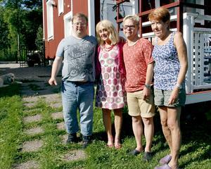 Christina Gagnefur och Anita Säll är oroliga för hur det går för sönerna Sebastian och Tomas sedan Frösunda tagit över gruppbostäderna och försämrat för personalen.