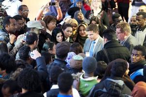 Integrationsminister Erik Ullenhag (FP) ville träffa elever under sitt besök hos Svenska för invandrare i Borlänge. Redan i foajén blev han omringad av elever som ville prata med honom.