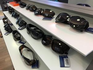 Suncovers, eller fitovers som de också kalls är populärt. Solglasögon man helt enkelt sätter ovanpå de vanliga glasögonen.