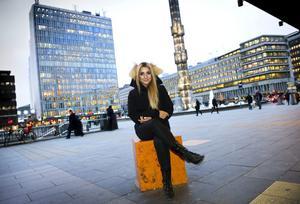 Leder. Gina Dirawi, 21 år, leder Melodifestivalen tillsammans med Helena Bergström och Sarah Dawn Finer.
