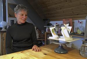 """Konstnär och Ingenjör. I ateljén på övervåningen i huset i Hökåsen arbetar Georgianna Kralli med modellerna till sina stora skulpturer. Här med modellen till """"Delicious"""". Foto: Erik Jersenius"""