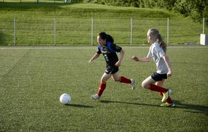 Nehm Carle och Thea Wallberg spelar i Åre SLK:s F02-ag. Fotbollen är på stark frammarsch i byn som annars är mest förknippad med skidåkning.